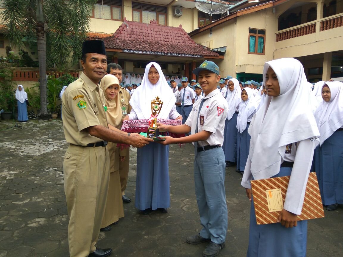 juara 1 lomba English Speech Contest